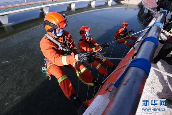 12月16日,甘肃省森林消防总队平凉支队紧贴实战开展绳索救援技能训练。新华网发 (张雷 摄)
