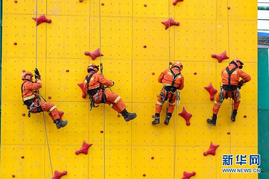 12月16日,甘肃省森林消防总队平凉支队指战员开展绳索救援技能训练。新华网发 (张广魁 摄)