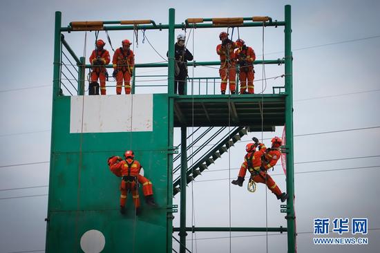 12月16日,甘肃省森林消防总队平凉支队指战员正在进行一对一救援训练。新华网发(张广魁 摄)