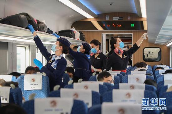 12月16日,东航甘肃分公司与兰州客运段的乘务员们在C8502次列车上共同进行安全检查。新华社记者 马希平 摄