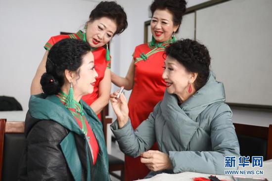 12月25日,李玲(右一)和学员在甘肃广播电视大学的教室里准备表演。新华社记者 马希平 摄