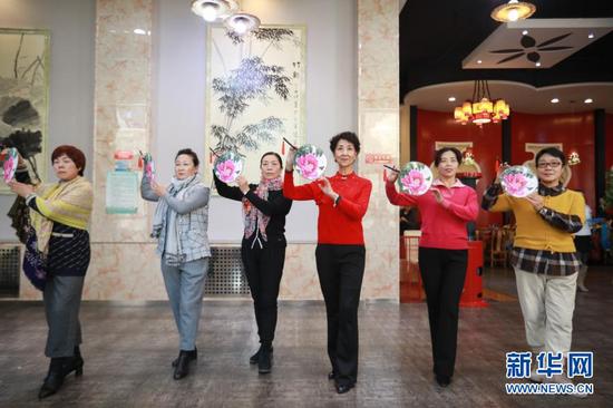 12月23日,李玲(右三)带领学员在甘肃省兰州市一酒店多功能厅排练。新华社记者 马希平 摄