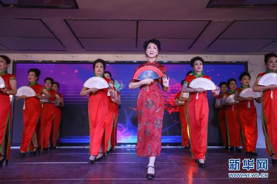 12月25日,李玲(中)和学员在甘肃广播电视大学进行模特表演。新华社记者 马希平 摄
