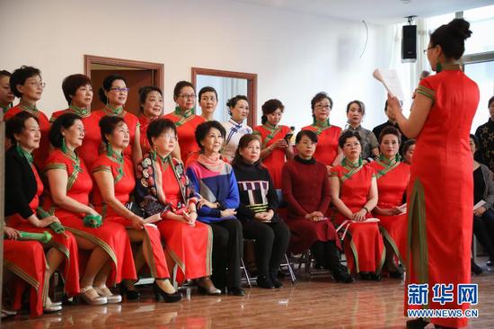 12月24日,兰州老年大学模特二班举办迎新春汇报表演,李玲(前排左五)和学员观看表演。新华社记者 马希平 摄