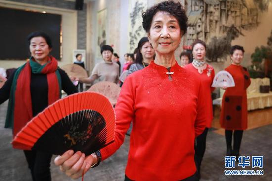 12月23日,李玲(前)带领学员在甘肃省兰州市一酒店多功能厅排练。新华社记者 马希平 摄