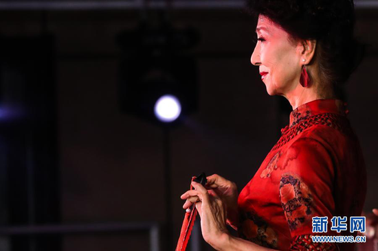 12月25日,李玲在甘肃广播电视大学进行模特表演。新华社记者 马希平 摄