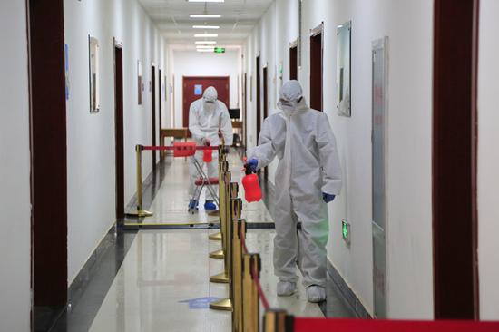 疫情期间,酒泉卫星发射中心防疫站人员对厂房进行消毒(4月9日摄)。新华社发(胡军 摄)