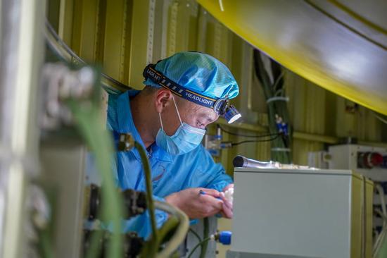 酒泉卫星发射中心工作人员给箭体安装电池(5月30日摄)。新华社发(姚军鹏 摄)