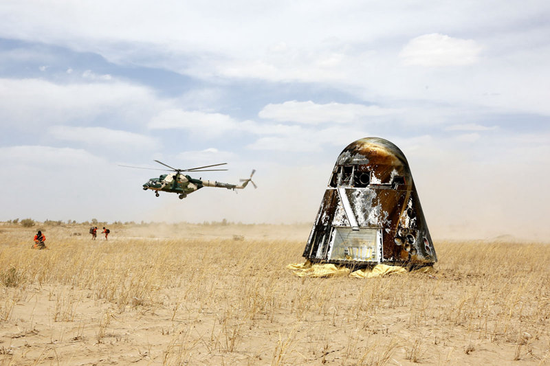 新一代载人飞船试验船返回舱返回东风着陆场,酒泉卫星发射中心空中搜救队员抵达现场进行通信设备架设(5月8日摄)。新华社发(董延荣 摄)