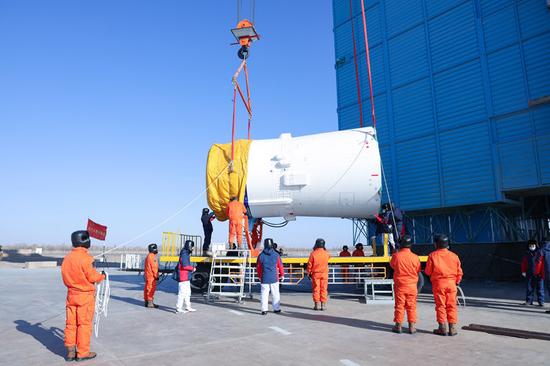 酒泉卫星发射中心吊装操作手对长征四号丙运载火箭进行吊装(12月11日摄) 。新华社发(郝裕彤 摄)