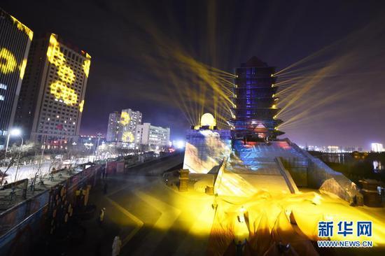 这是1月3日在兰州黄河楼景区拍摄的《大有兰州》光影秀。新华社记者 范培珅 摄