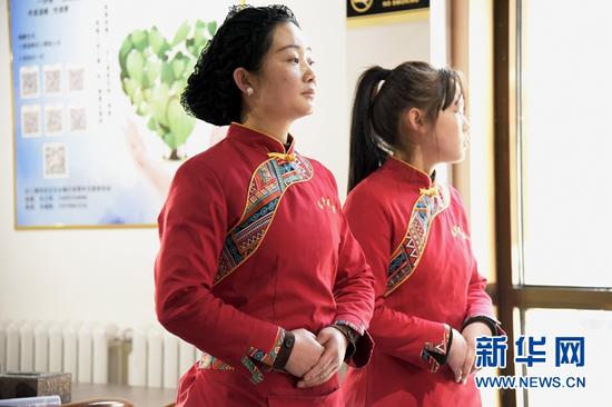 在东乡县职业技术学校的实训基地,牟阿西也(左)在工作中。新华社记者 王朋 摄