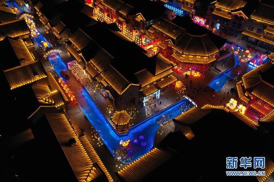 这是1月4日在兰州老街拍摄的彩灯(无人机照片)。新华社记者 马希平 摄