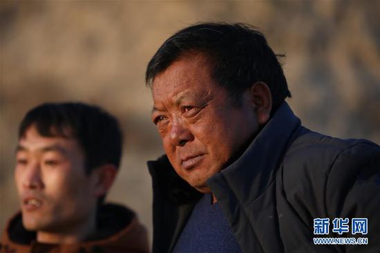 1月5日在会宁县韩家集镇袁家坪村拍摄的任长太(右)。 新华社记者 马希平 摄