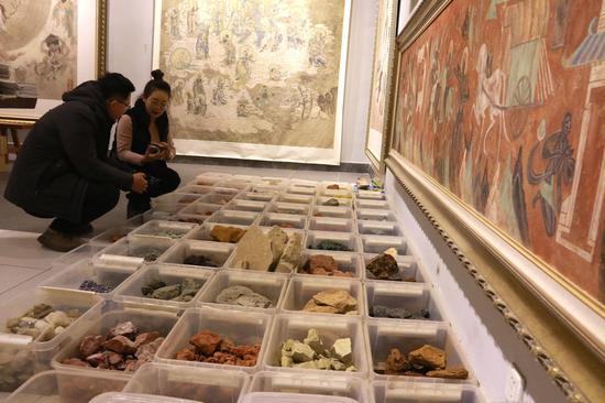 """这是1月6日拍摄的""""敦煌石粉彩绘技艺""""酒泉市级非物质文化遗产代表性传承人王亚林在敦煌当地采集的天然矿物质颜料。"""