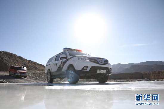 1月8日,安南坝分局巡逻车辆通过冰面。新华社记者 杜哲宇 摄