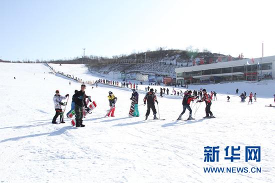游客在青鹃山滑雪场滑雪。天水市秦州区宣传部供图