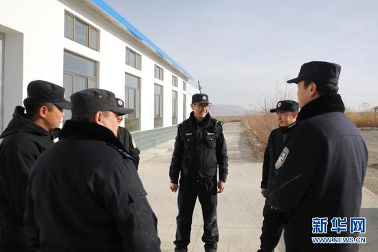 1月8日,在甘肃安南坝野骆驼国家级自然保护区冬格列克保护站,民警阿尔根别克·阿海(中)和保护站工作人员交流。新华社记者 杜哲宇 摄
