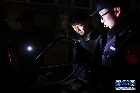 1月8日,安南坝分局民警在做巡逻前准备。新华社记者 杜哲宇 摄