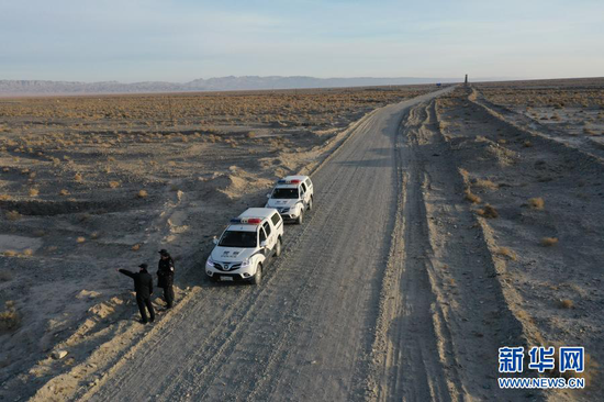 1月8日,安南坝分局民警在巡逻途中(无人机照片)。新华社记者 杜哲宇 摄