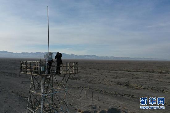 1月8日,安南坝分局民警在瞭望塔上观察野生动物活动情况(无人机照片)。新华社记者 杜哲宇 摄