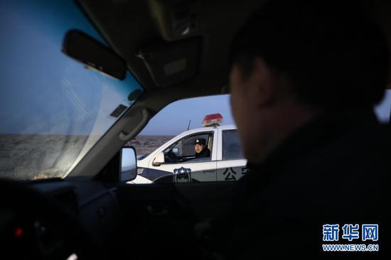 1月8日,安南坝分局民警在巡逻途中。新华社记者 杜哲宇 摄