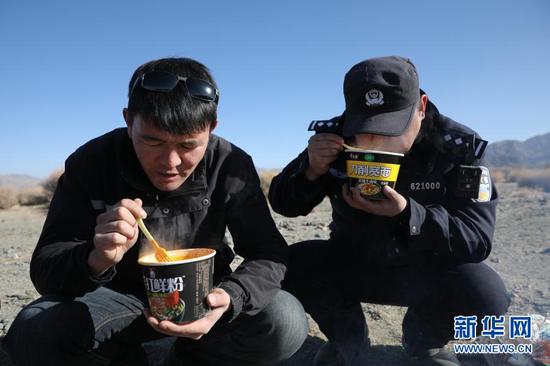 1月8日,安南坝分局民警在巡逻途中吃午饭。新华社记者 杜哲宇 摄