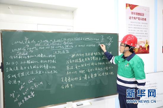 潘从明在书写化学方程式。新华社记者 李杰 摄