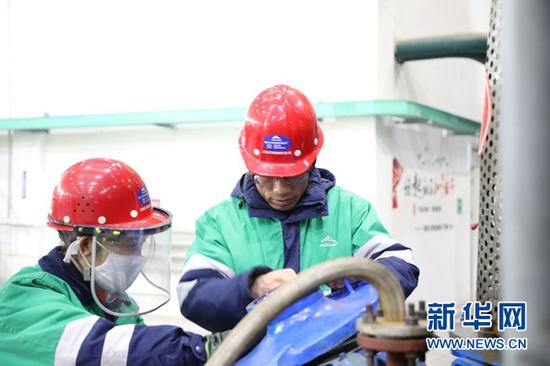 潘从明(右)正在查看设备运转情况。新华社记者 李杰 摄