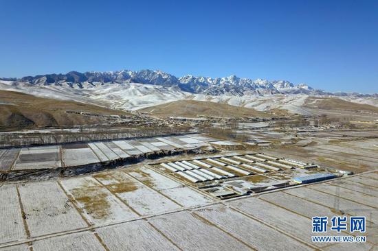 这是1月17日在武威市天祝藏族自治县境内拍摄的乌鞘岭周边雪景(无人机照片)。新华社记者 范培珅 摄
