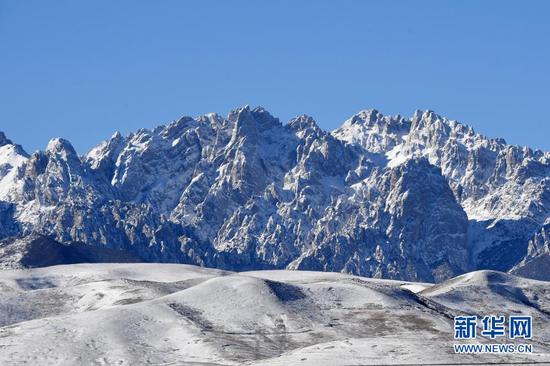 这是1月17日在武威市天祝藏族自治县境内拍摄的乌鞘岭雪景。