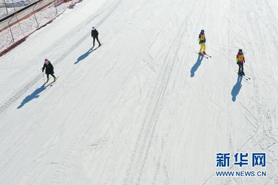 1月8日,滑雪爱好者在甘肃白银国家雪上项目训练基地滑雪(无人机照片)。新华社记者 马希平 摄