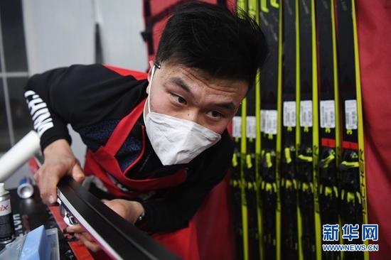 1月22日晚,打蜡师王啸在打蜡房里工作。新华社记者 陈斌 摄