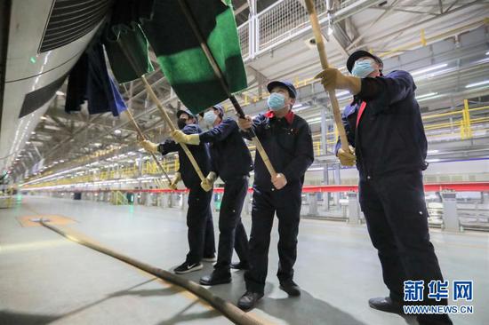 1月27日,保洁人员在中国铁路兰州局集团有限公司兰州车辆段兰州西动车运用所清洗动车。新华社记者 马希平 摄