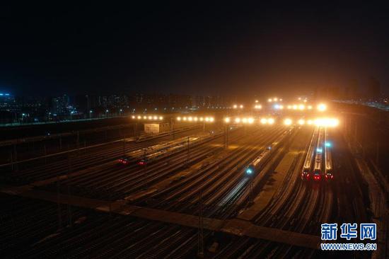 这是1月27日在中国铁路兰州局集团有限公司兰州车辆段兰州西动车运用所拍摄的列车(无人机照片)。新华社记者 马希平 摄