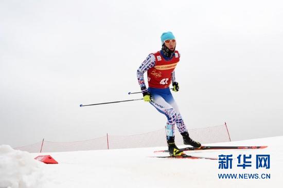 1月24日,哈尔滨市冬季运动项目训练中心选手张春雨在比赛中。新华社记者 陈斌 摄