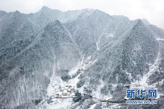 这是甘肃省陇南市康县一处乡村雪景(无人机照片)。新华社记者 张百慧 摄