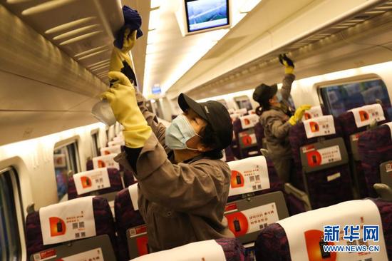1月27日,在中国铁路兰州局集团有限公司兰州车辆段兰州西动车运用所,保洁人员为列车内部实施消杀。新华社记者 马希平 摄