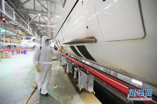 1月27日,在中国铁路兰州局集团有限公司兰州车辆段兰州西动车运用所,保洁人员进行列车消杀。新华社记者 马希平 摄