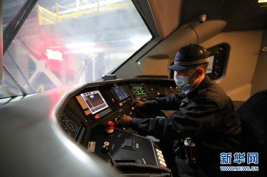 1月27日,在中国铁路兰州局集团有限公司兰州车辆段兰州西动车运用所,工作人员在司机室检查动车组状态。新华社记者 马希平 摄