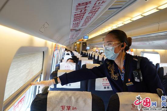 银西高铁列车工作人员拉下遮光帘,为乘车旅客提供暖心服务。中国网发 苟峰博/摄