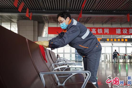 银川车站保洁人员对候车大厅座椅进行擦抹消毒。中国网发 马登平/摄