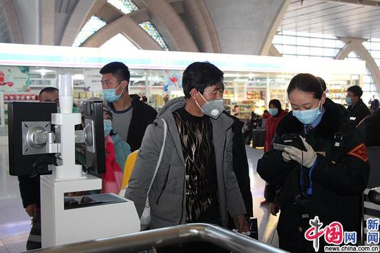银川车站工作人员查验进站旅客乘车信息。中国网发 马登平/摄