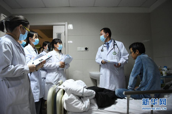 曹云山(右二)在病房内指导学生(1月13日摄)。新华社记者 陈斌 摄