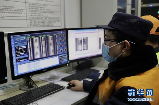 钢轨探伤工利用轨道状态巡检系统对轨道扣件、状态进行检查。新华网发(俱娜 摄)