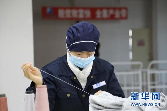 扶贫车间工作人员正在工作。新华社记者 马莎 摄