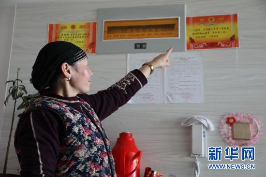 马比代新家门口贴着孩子在学校获得的奖状。新华社记者 马莎 摄