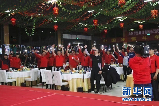 结束白天训练后,越野滑雪国家集训队在甘肃白银庆祝农历春节。照片由甘肃白银国家雪上项目训练基地提供