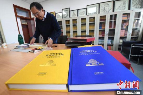 历经15年编纂,由法国国家图书馆与中国西北民族大学、上海古籍出版社合作编纂的《法国国家图书馆藏敦煌藏文文献》,日前首次全部整理出版,才让先后任副主编、主编。 杨艳敏 摄