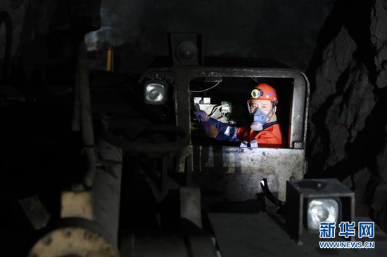 2月11日除夕,陈林驾驶铲运机作业。新华社记者 杜哲宇 摄